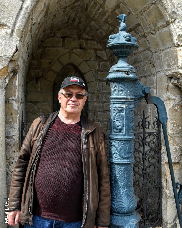 François Vuillemet devant la fontaine Saint-Pry