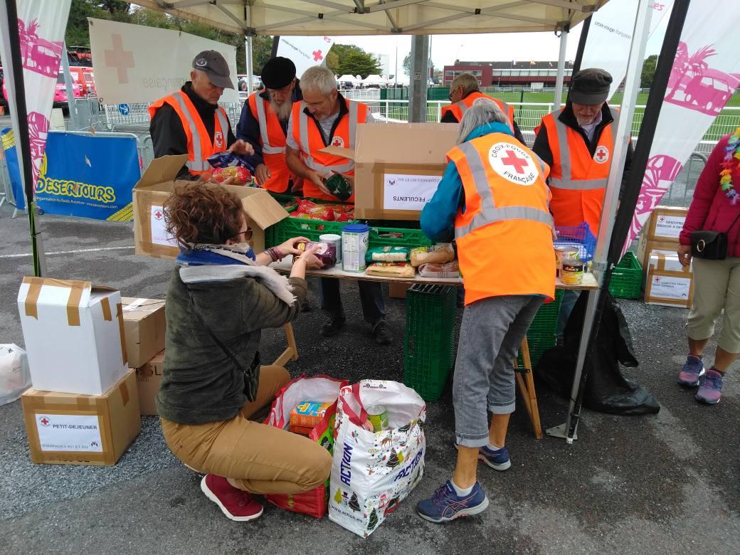 Kairos : remise des denrées à la Croix-Rouge française