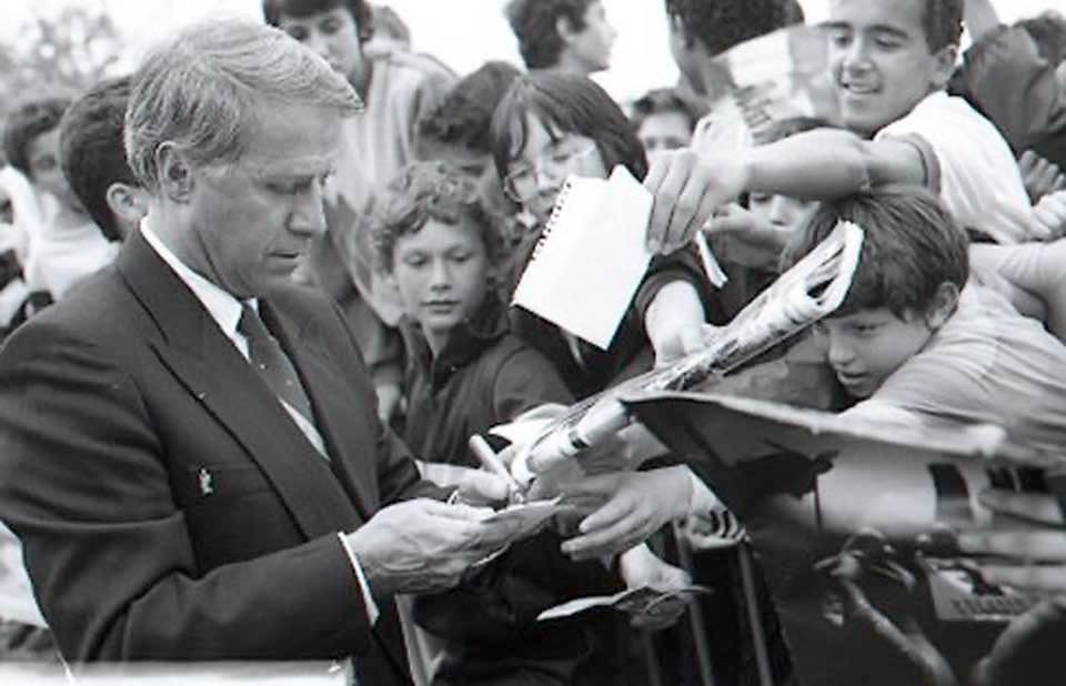 Michel Hidalgo signe avec plaisir de nombreux autographes