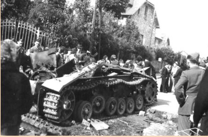 Char allemand pulvérisé au carrefour des trois communes (Collection Jean-Pierre Bousquet)