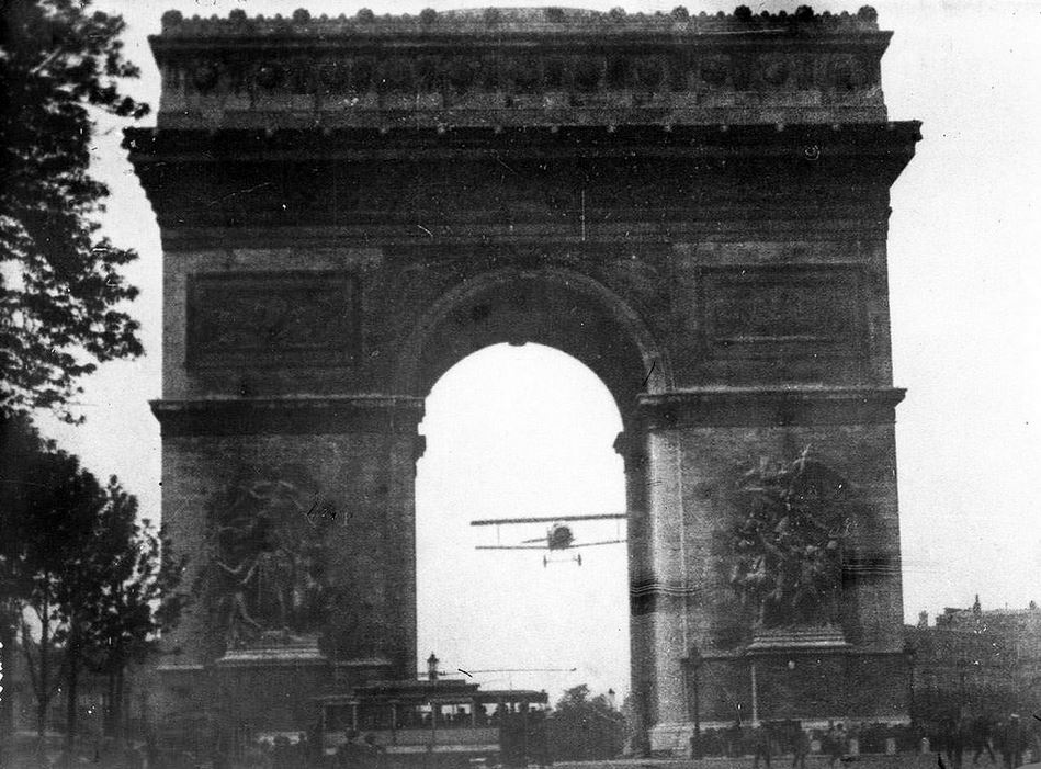 Photo de Jacques Mortane : passage de Charles Godefroy sous l'Arc de Triomphe