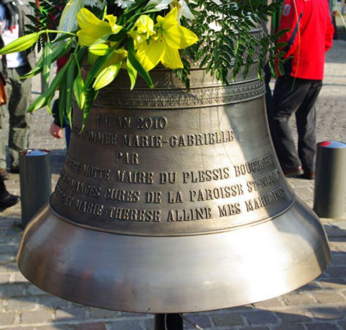 La cloche Marie-Gabrielle lors de sa bénédiction (photo Eric Darvoy)