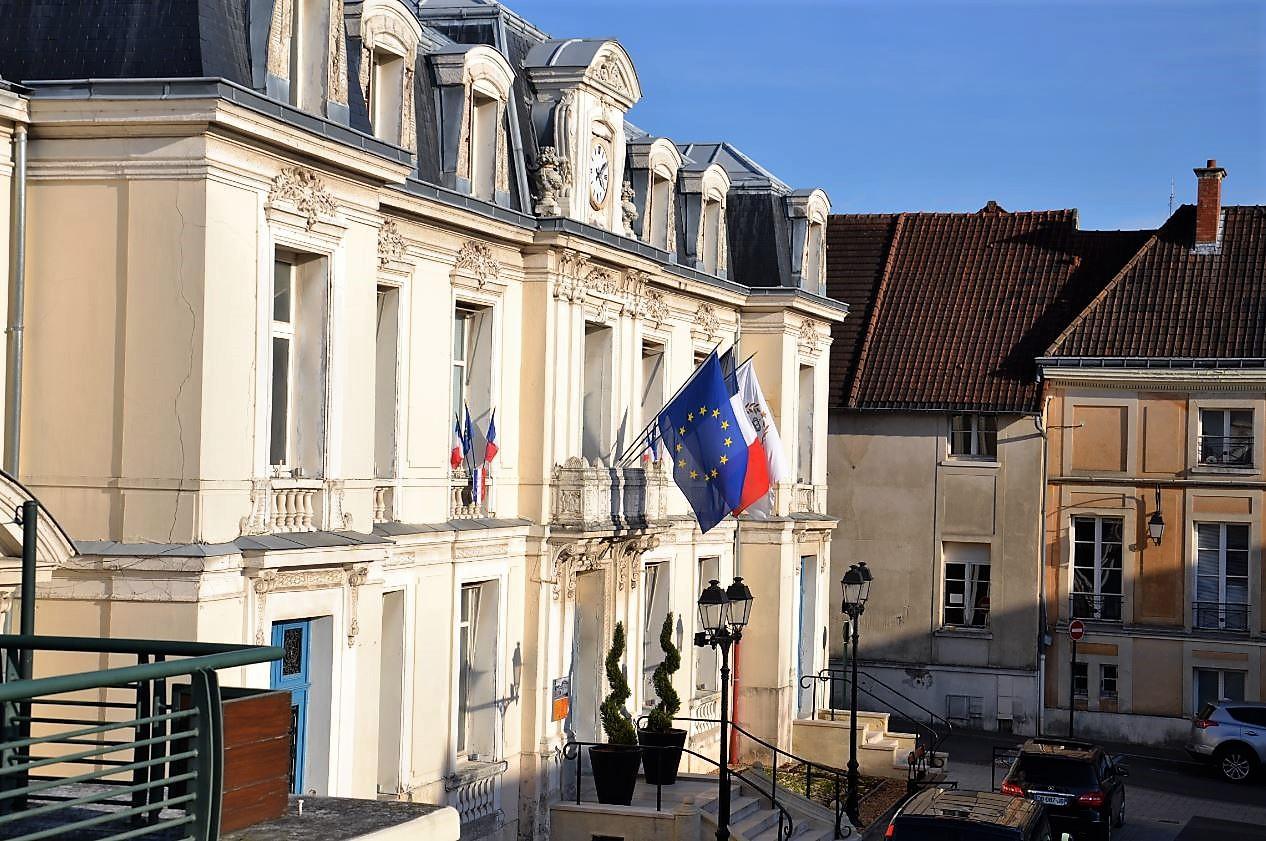 Mairie de Saint-Leu et à côté la maison consulaire