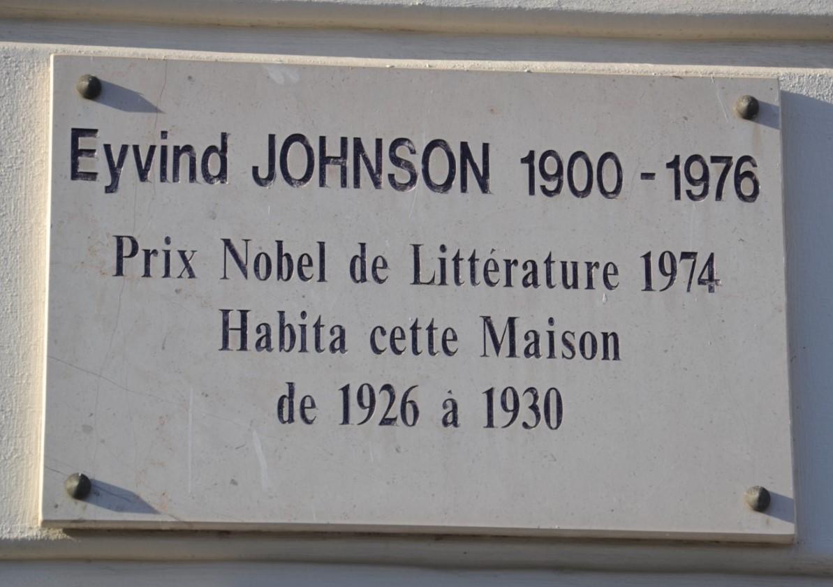 Plaque historique située sur le mur de l'immeuble.