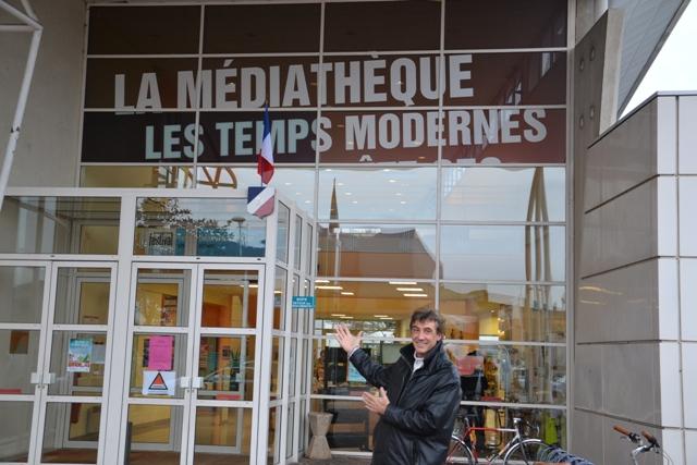 Pierre Luneval devant la médiathèque de Taverny