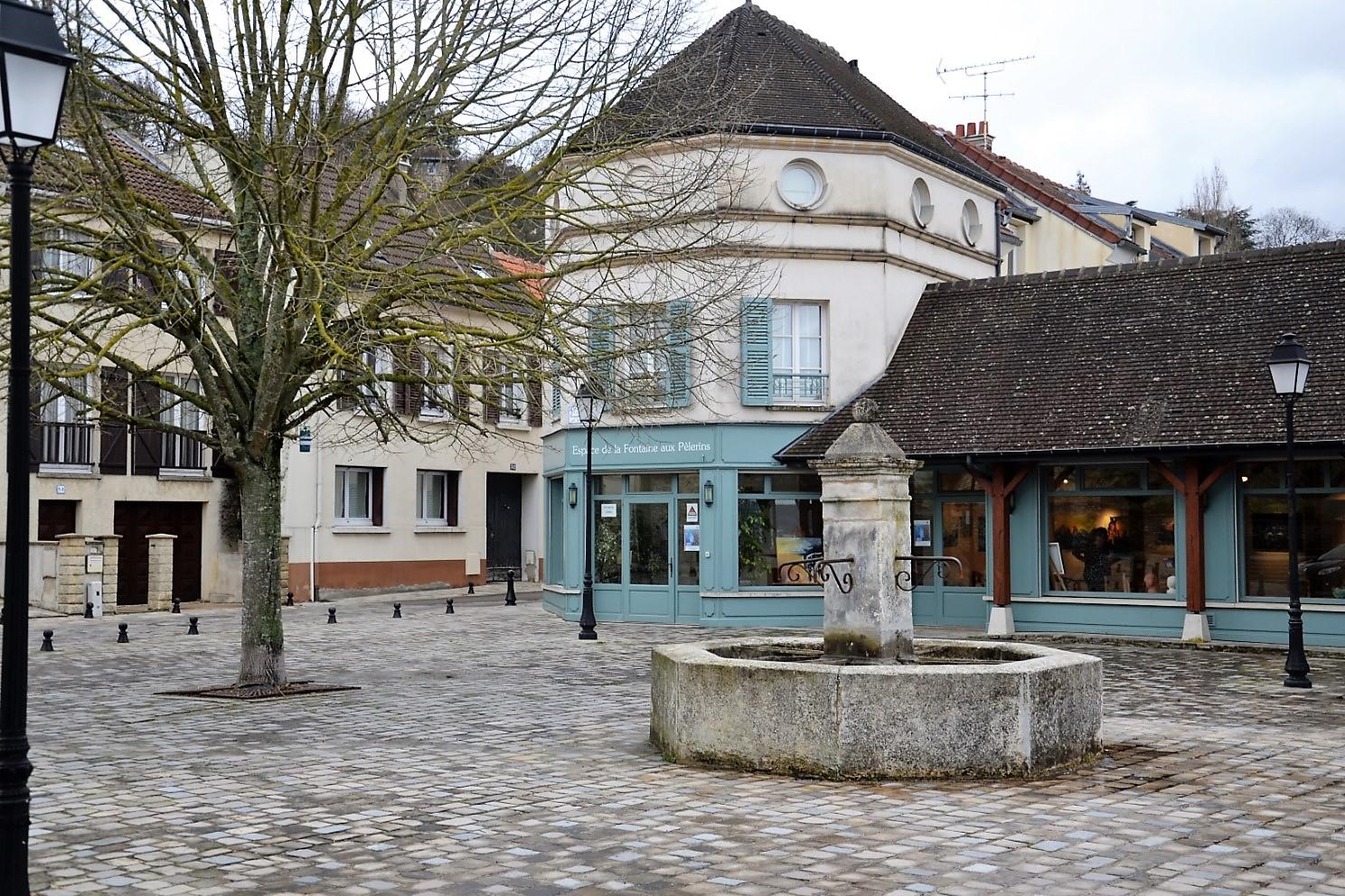 Place de la Fontaine aux pèlerins à Saint-Prix