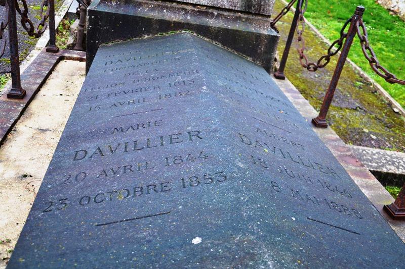 Tombe imposante de la famille Davillier au cimetière de Margency