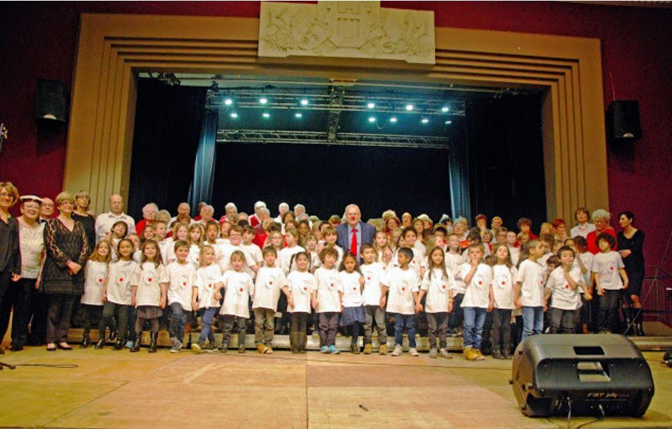 Monsieur Nez Rouge entouré des élèves et des choristes