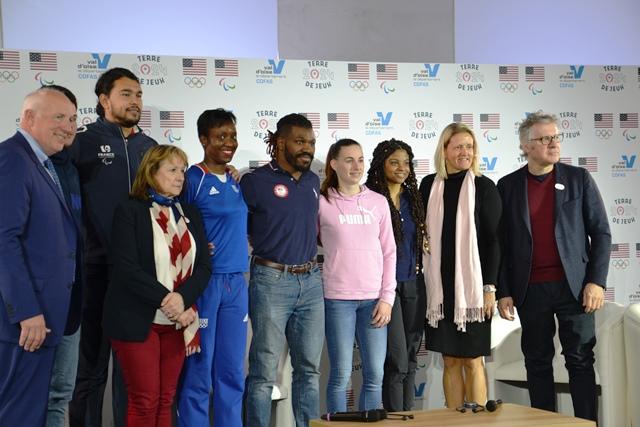 Photo collective lors de la conférence de presse