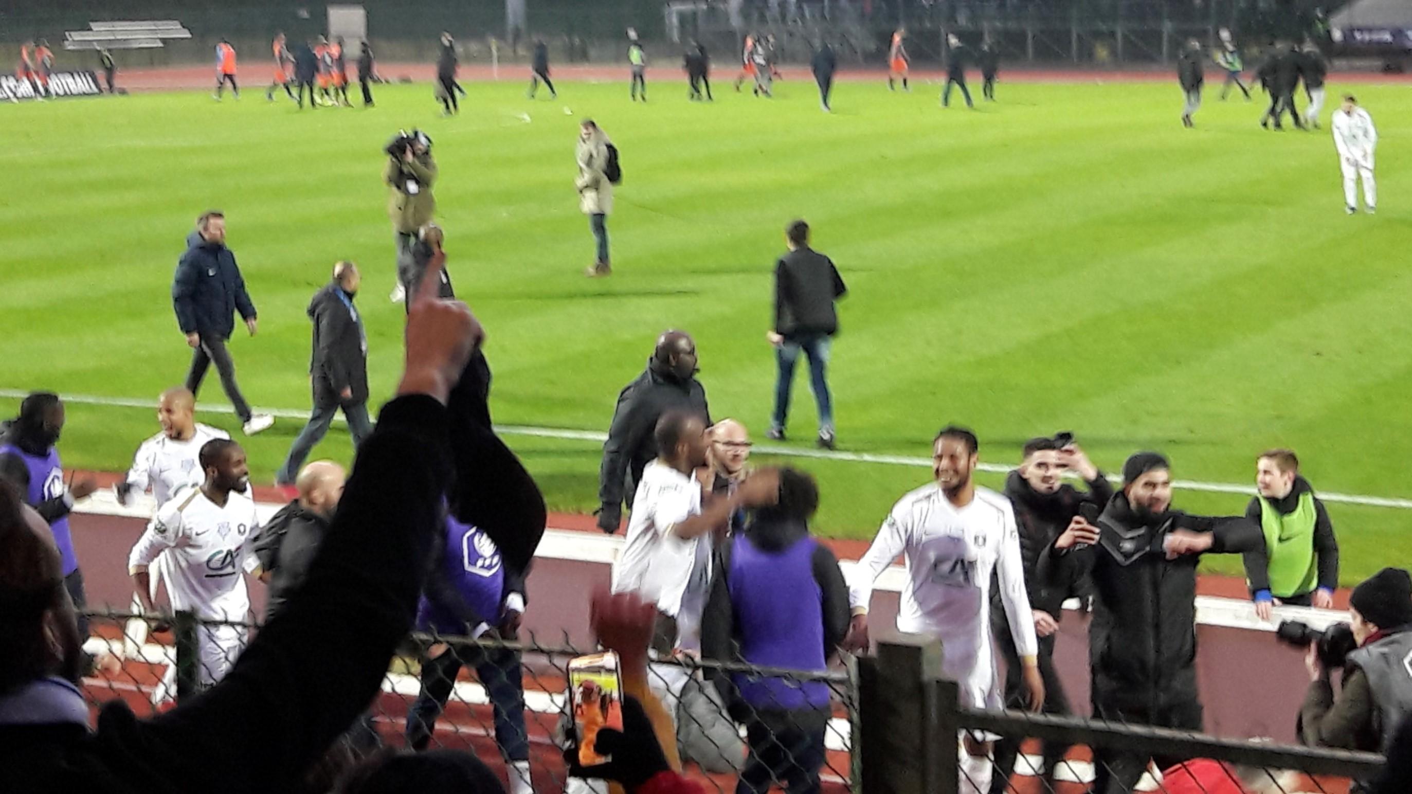 Les joueurs saluent après la victoire