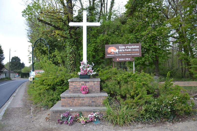La Croix blanche à l'orée de la forêt (mai 2021)